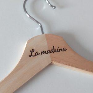 Perchas-originales-madera-grabada-personalizadas-bodas-padrino-madrina