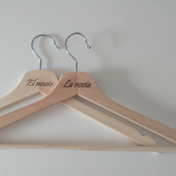 Perchas-personalizadas-originales-bodas-novios-grabadas-novias